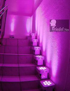 Zum großen Showpaket unserer Hochzeitsband gehören 8 dieser LED Strahler. Sie werden mit Akku betrieben und sind dadurch frei im Raum plazierbar. Die Farben werden über Funk gesteuert. So erhält jede Location ein besonders feierliches Ambiente - kaltes, weißes Licht ist ein absoluter Stimungstöter.